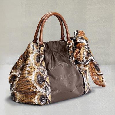普拉达蟒蛇皮印花褐色蝴蝶结手提包_普拉达蟒蛇皮印花