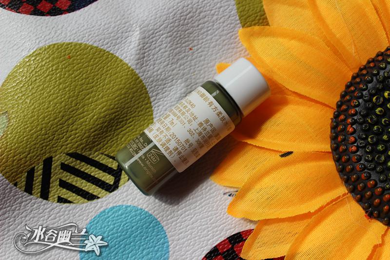 抗皱精华素, 蕴藏来自非洲灵魂之树榆绿木的树皮萃取, 可显著淡化纹路特别是法令纹及抬头纹,从而为肌肤减龄,蕴含豨莶草,迷迭香,维他命C及胜肽, 可以帮助刺激肌肤内部胶原蛋白和弹力纤维的生长,提升肌肤回弹力。质地黄色乳液状,有着复合精油的植物芬芳。好推开,好吸收,推开后水水润润的,使用感很不错。想败套正装,最近在用她家蘑菇套装,皮肤很受用啊~~~