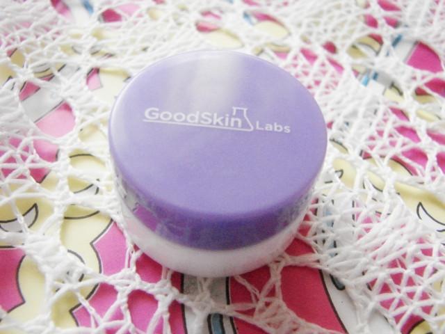 裸妆 快来看/里面是个很可爱的小圆盒子,盒盖上还印着清晰的品牌LOGO。