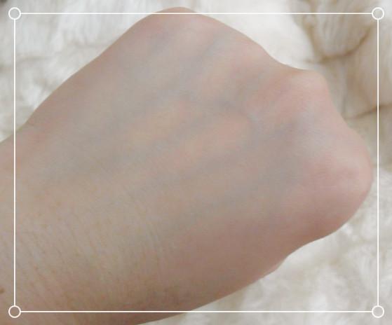 轻轻拍至吸收,手背上的皮肤变得润泽,干纹也变浅了