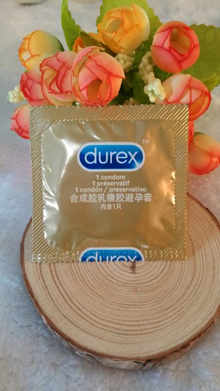 拿出避孕套并区分好正反面